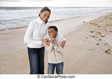 african - american, madre e hijo, en, playa