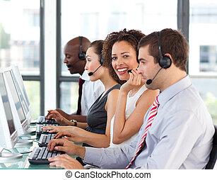 african - american, mujer de negocios, trabajando, en, un, centro de la llamada