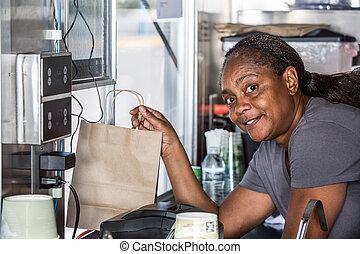 african-american, nourriture, ouvrier, fenêtre, mains, sourire, ordre, dehors