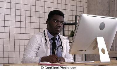 african-american, quelque chose, confection, docteur, haut, computer., jeune, sien, notes, regarder
