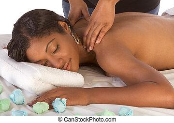 african-american, spa, frau, massage, bekommen