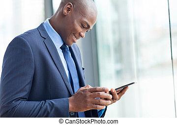 african american, vállalkozó, használ, tabletta, számítógép