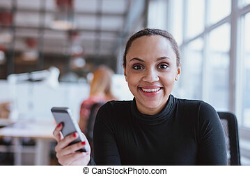 african woman, munkában, külső külső fényképezőgép, mosolygós