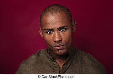 africano, arriba, mirar, cámara, cierre, retrato, serio, hombre