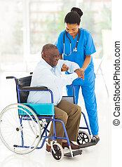 africano, caregiver, ajudando, homem sênior, levantar-se