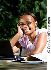 africano, estudante universitário, ao ar livre