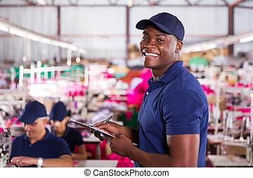 africano, fabbrica tessile, lavoratore, in, produzione, zona