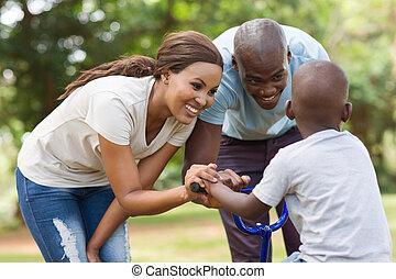 africano, familia , tener diversión, juntos, en, parque