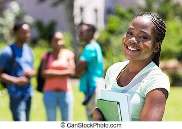 africano femenino, norteamericano, estudiante universitario, cicatrizarse