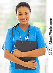 africano feminino, médico, enfermeira, segurando clipboard