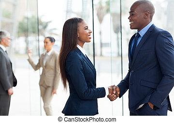 africano, handshaking, pessoas negócio