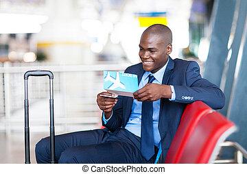 africano, hombre de negocios, en, aeropuerto