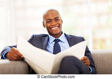 africano, hombre de negocios, periódico de la lectura