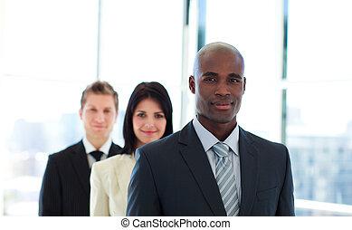 africano, homem negócios, guiando, seu, equipe