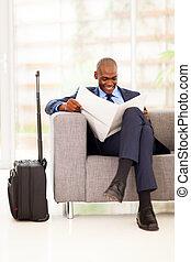 africano, homem negócios, jornal leitura