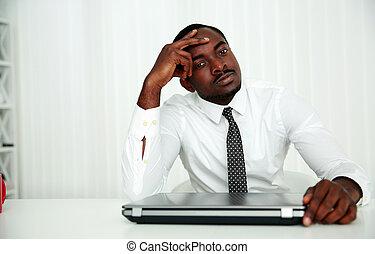 africano, homem negócios, sentando, em, seu, local trabalho,...