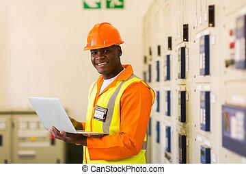 africano, ingeniero eléctrico, en, central eléctrica, sala de mando