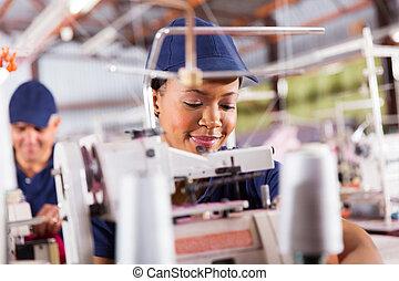 africano, lavoratore tessile, cucito