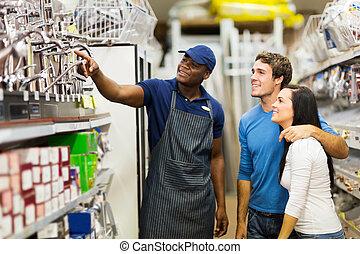 africano, loja de ferragens, assistente, ajudando, fregueses