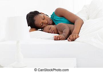 africano, mãe, dormir, com, menino bebê