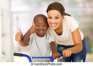africano, madre e hijo, dar, pulgares arriba