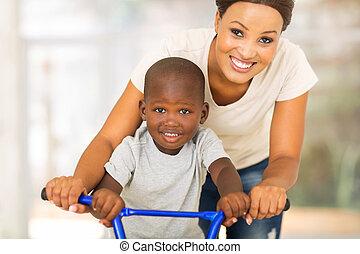 africano, madre, enseñanza, hijo, para montar, un, bicicleta