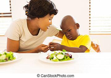 africano, madre, preguntar, ella, hijo, para comer, vegetales