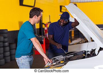 africano, mecánico auto, y, cliente