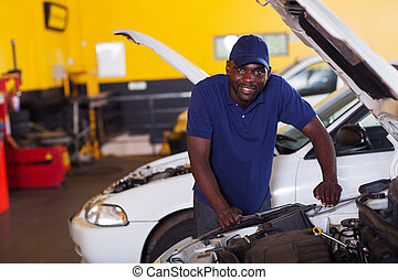 africano, mecánico del coche