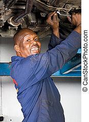 africano, mecánico, trabajando