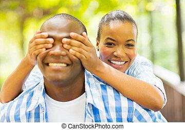 africano, menina, cobertura, boyfriend's, olhos, com, mãos