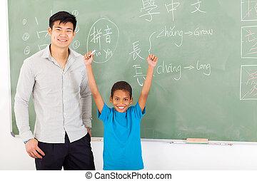 africano, menino, com, mãos cima, após, escrita, resposta, ligado, chalkboard