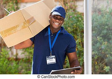 africano, mensajero, posición, con, paquete, en la puerta