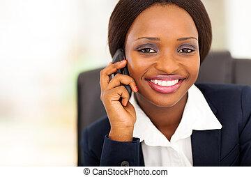 africano, mujer de negocios, mobile hablar sin parando