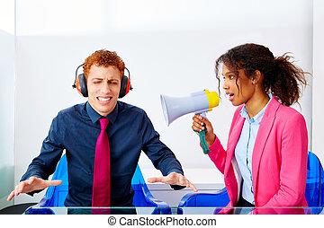 africano, mulher negócio, falando, em, megafone