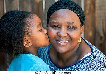 africano, niña, besar, madre, en, cheek.