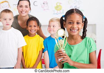 africano, niña, norteamericano, trofeo
