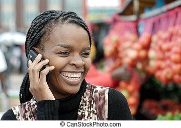 africano, o, americano nero, donna, chiamata, su, mobile, cellphone, telefono, in, township