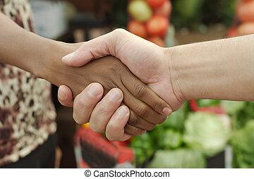 africano, ou, americano preto, mulher, aperto mão, tradicional, mercado, negócio, em, township