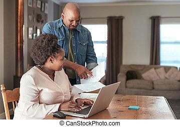 africano, par, fazendo, negócio online bancário, junto, casa