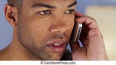 africano, smartphone, ascolto, uomo