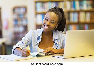 africano, studente università, studiare, uno, libro, in, biblioteca