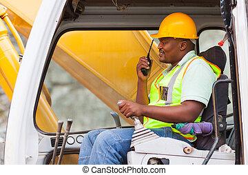 africano, trabajador industrial, operar, excavadora