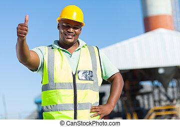 africano, trabalhador construção, dar, polegar cima