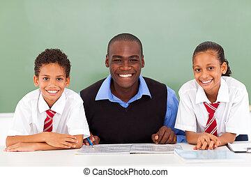afrikaan, de leraar van de basisschool, en, scholieren, in, klaslokaal