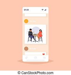 afrikaan, dik, etentje, plat, zwaarlijvige, tafel, overgewicht, zittende , voeding, amerikaan, man, app, scherm, ongezonde , volle, eten, zwaarlijvigheid, beweeglijk, sushi, lengte, hebben, paar, smartphone, vrouw, online, concept