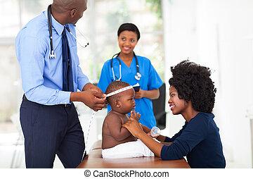 afrikaan, pediatric, arts, doen, onderzoek, op, baby jongen