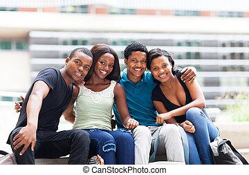 afrikaan, universiteitsstudenten, zittende , buitenshuis
