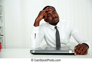 afrikaan, zakenman, zittende , op, zijn, werkplaats, in,...