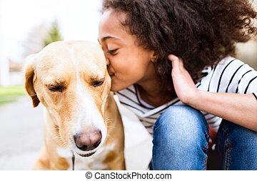 afrikaans amerikaans meisje, buitenshuis, met, haar, dog, kussende , him.